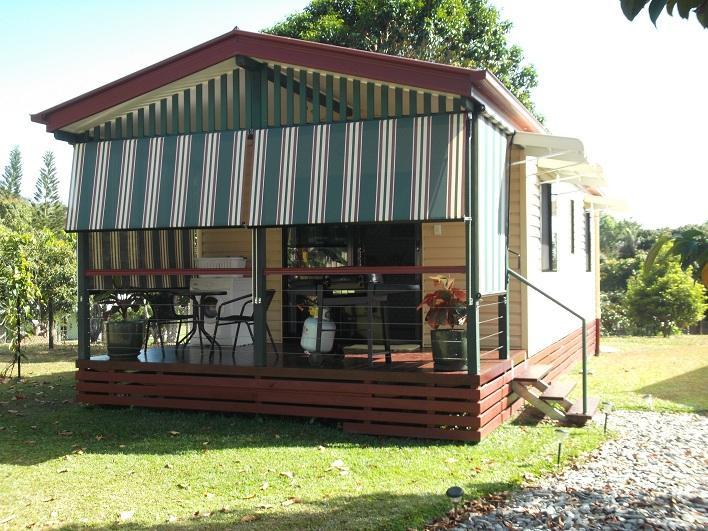 Rilassatevi e godetevi la vostra colazione con gli uccelli a Cairns Gateway B & B. Cottage.