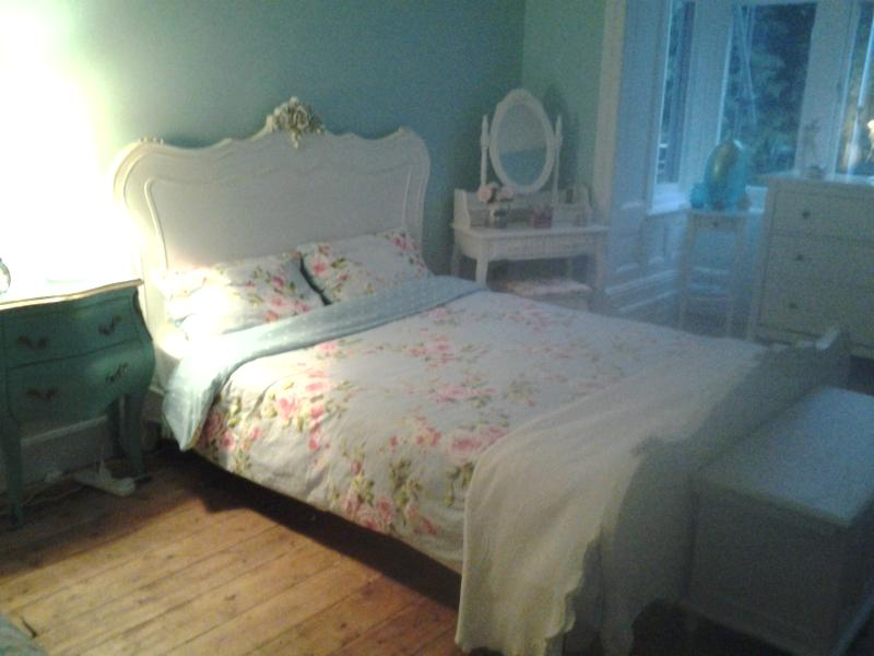 private kingsize room in period property, location de vacances à Tongwynlais