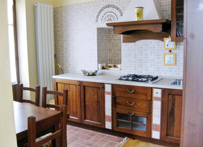 cucina completa appartamento Girasole,frigo,freezer,4 fuochi, lavandino,tavolo .Accesso al terrazzo.