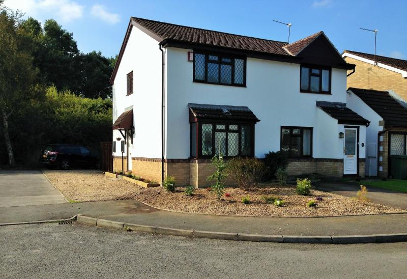 Peaceful modern home in quiet cul-de-cac, holiday rental in Cardiff