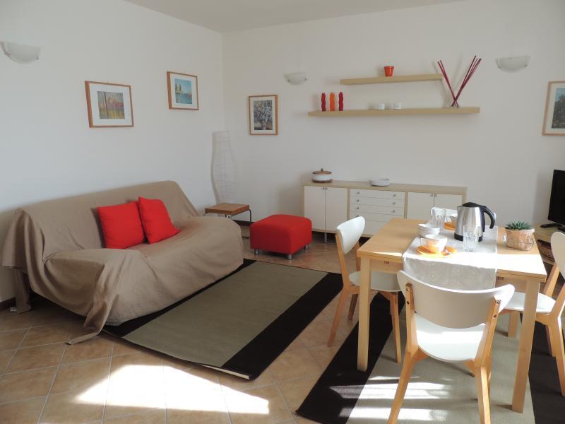 zona salotto e angolo pranzo del soggiorno dell'appartamento a piano terra