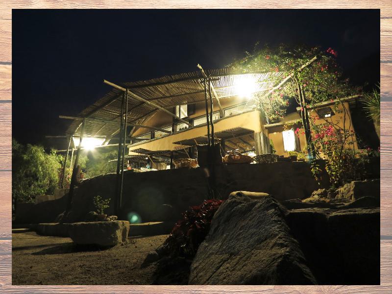 La fachada en la noche