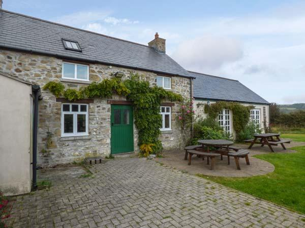 CHURCH COTTAGE, detached, mostly ground floor with wet room, underfloor, vacation rental in Fishguard