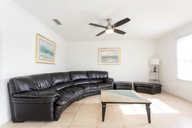Beautiful condo close to Busch Gardens, vacation rental in Tampa