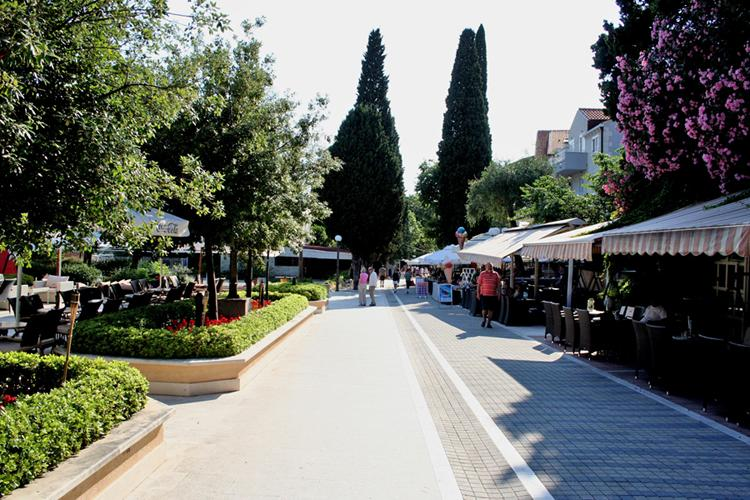 Promenade with bars and restaurants - 5 min from apartment