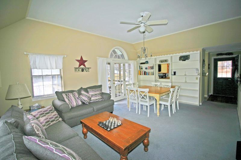 Espaço aberto de sala de estar e sala de jantar