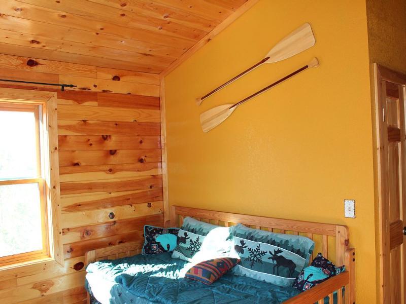 Loft fungeert als derde slaapkamer met uittrekbare voortrollen dat naar 2 eenpersoonsbedden converteert
