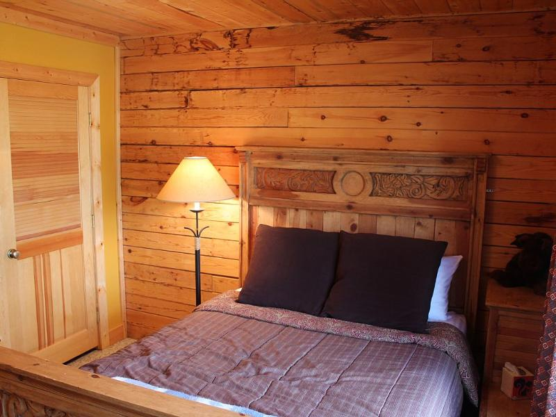 Begane grond slaapkamer met queensize bed