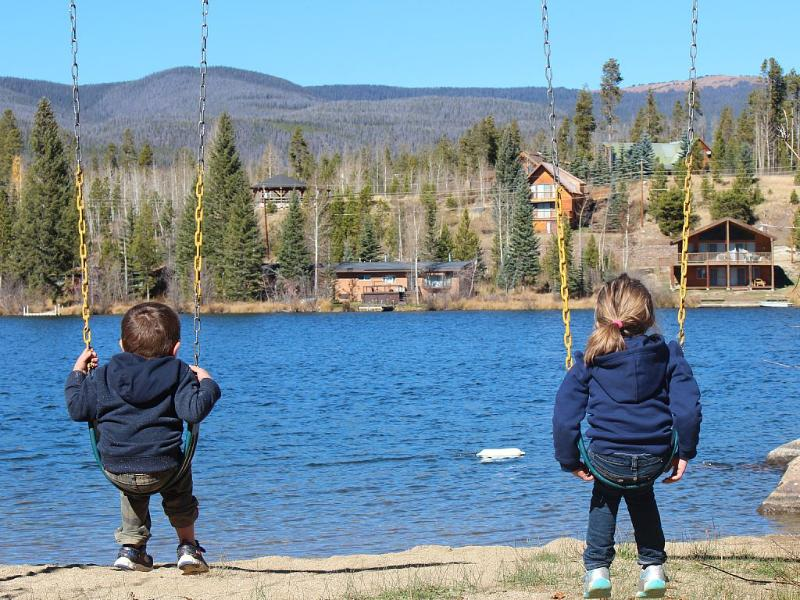 Speeltuin voor kinderen naast het meer