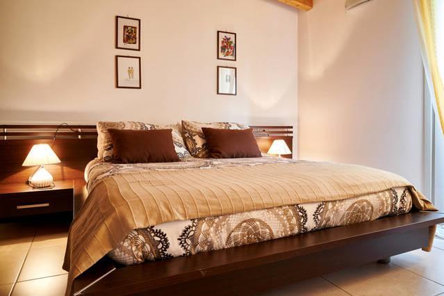 BILOCALE ARREDATO NUOVO AFFITTO SETTIMANALMENTE, holiday rental in Madone