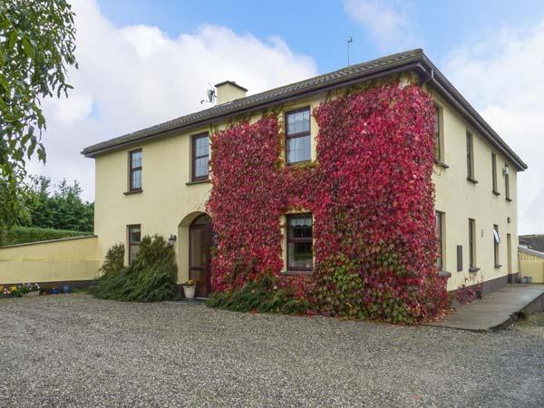 TILLADAVINS HOUSE, semi-detached, open fire, en-suite shower room, lawned, vacation rental in Rosslare Harbour