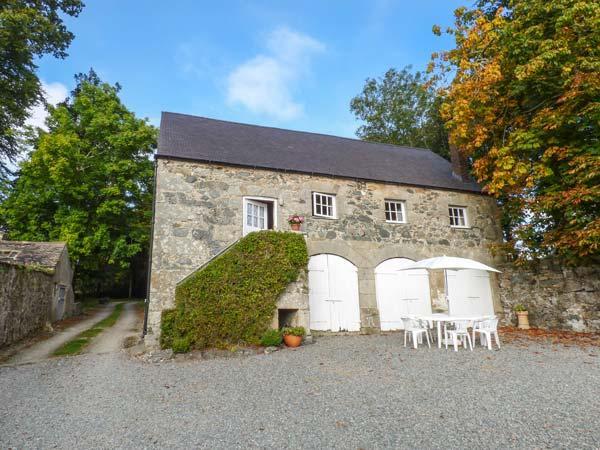 HENBLAS COACH HOUSE, character cottage, mezzanine bedrooms, woodburner, location de vacances à Malltraeth