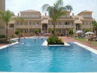 Bungalow en planta baja con vistas a la piscina, a poca distancia de bares y restaurantes de playa