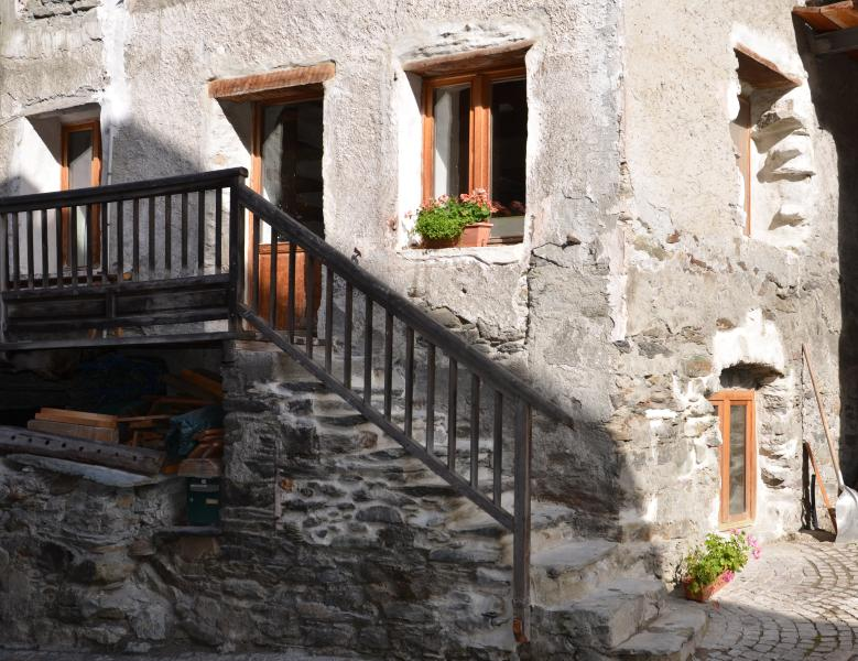 La Cachette, entry