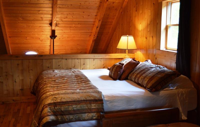 Uno de los lofts abrir las funciones tanto de una cama de matrimonio y cama de tamaño completo.