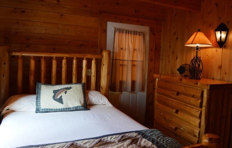 En primer nivel dormitorio cuenta con una cama de tamaño completo.