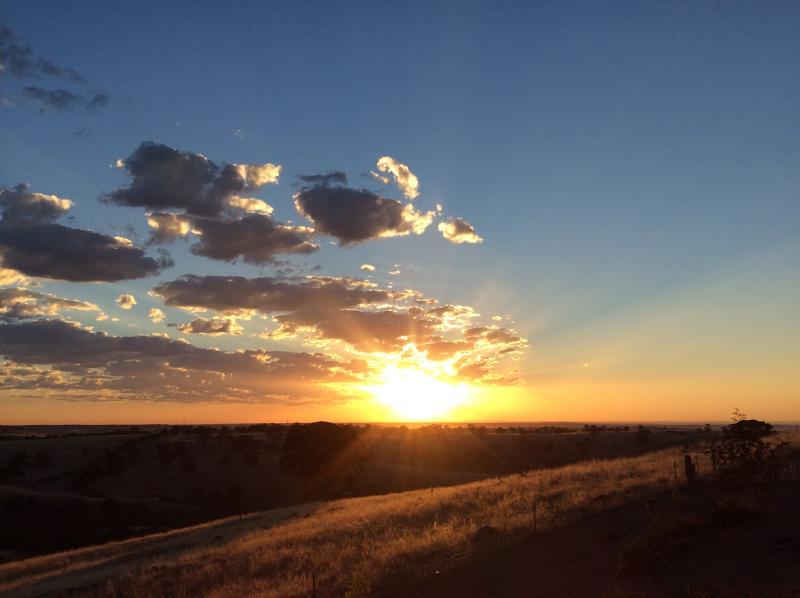 puesta de sol fuera de su estudio