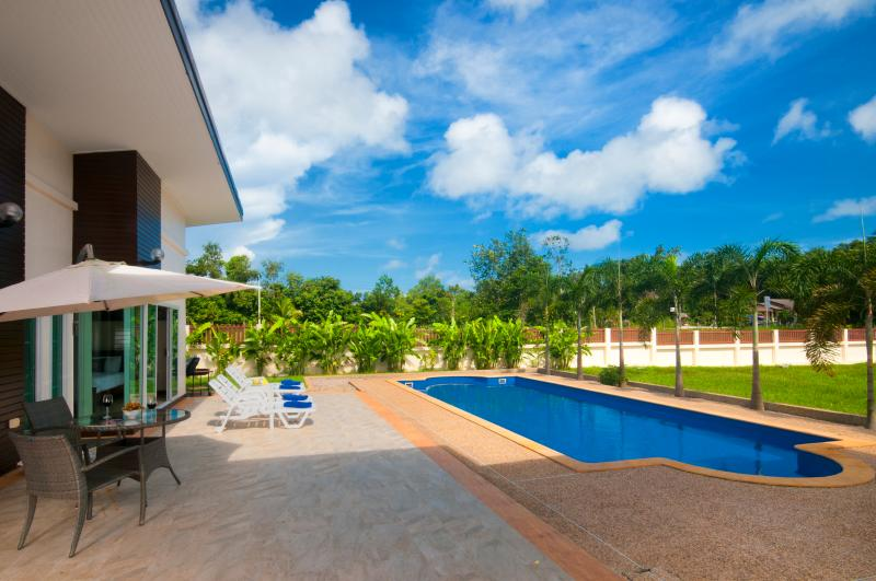 Enjoy the beautiful views, and live the outdoor life. Early morning swim, breakfast by the pool.