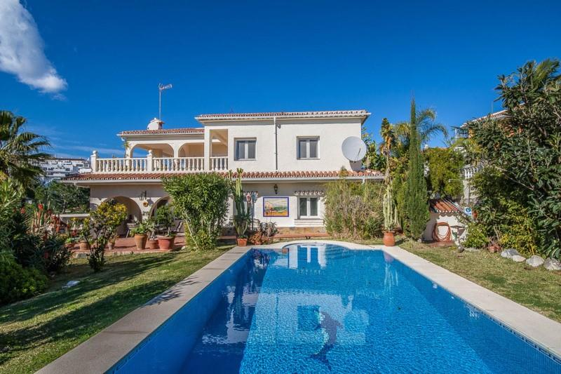 Overview- nice swimming pool with tiles - large garden