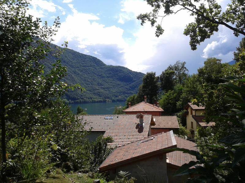 Immersi nella natura del lago di Como.