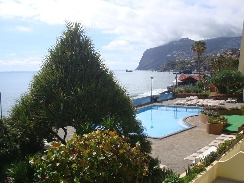 Piscina y vistas al mar desde el balcón