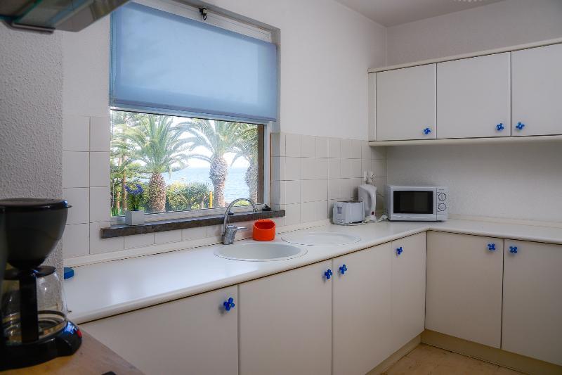Cocina con jardines y vistas al mar