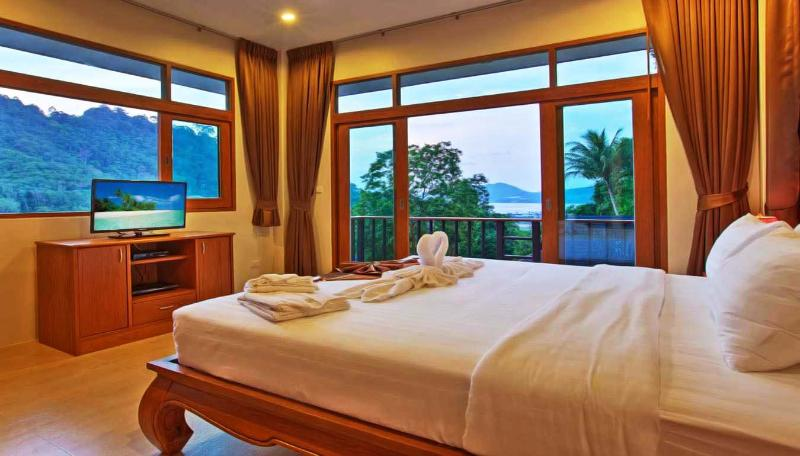 Patong Hill Estate 7 Bedroom sleeps up to 16 adult, holiday rental in Patong