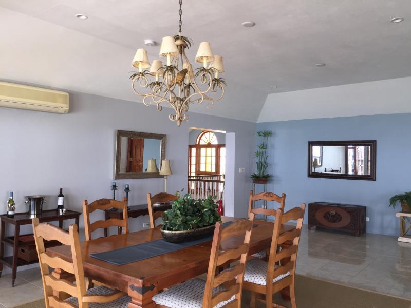 comedor se abre a la cubierta y cocina flujo tan fácil para el entretenimiento, chimenea precioso lo completa