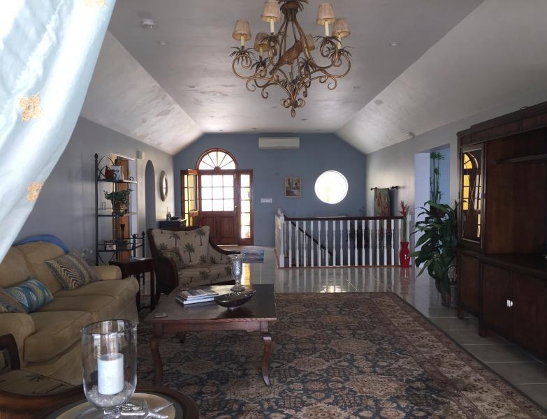 Amplia y espaciosa sala de estar tiene vistas de la playa de la bahía de herradura.