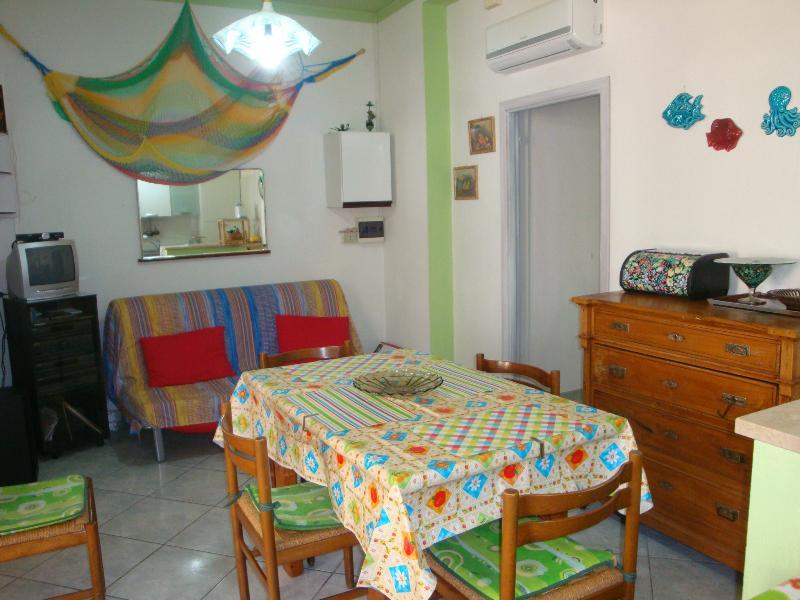 sala pranzo e divano (letto)