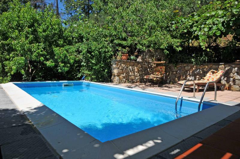 VILLA IL PETTIROSSO 5 PAX private Pool, WiFi, BBQ near to beaches & Cinque Terre, vacation rental in Giucano