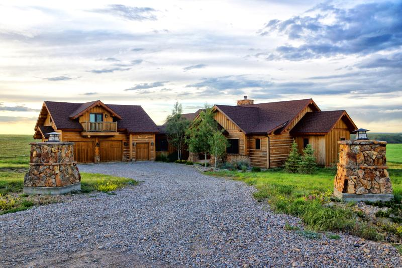 Private Luxury 4 Bd Home, 360 Mountain Views, Wood, holiday rental in Belt