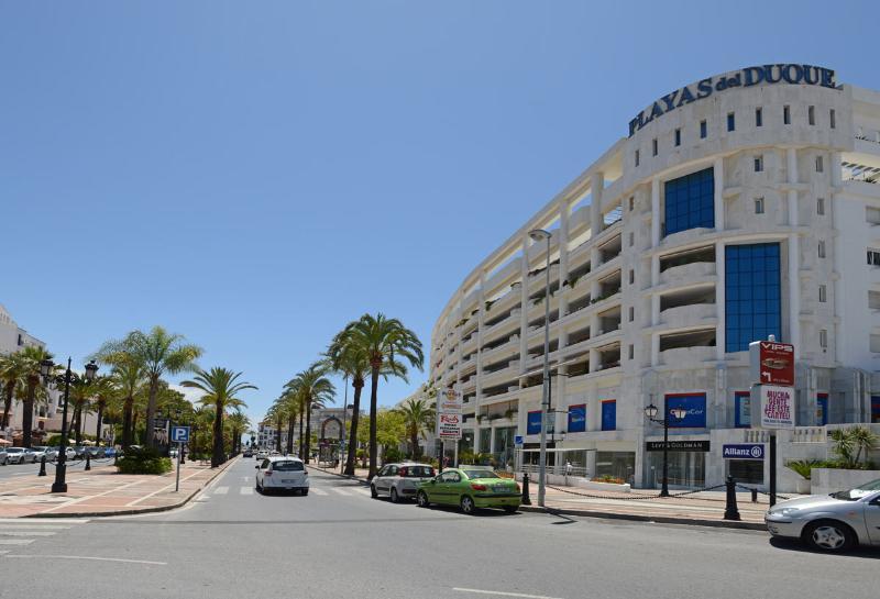 Playas del Duque, em Puerto Banus. Siga as palmeiras para Marina Puerto Banus.