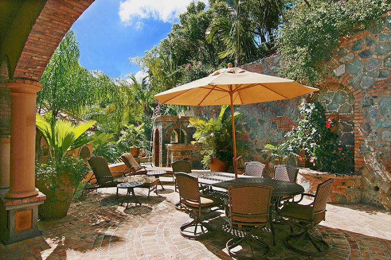 The Cinnamon Breeze courtyard offers another splendid alfresco dining area.