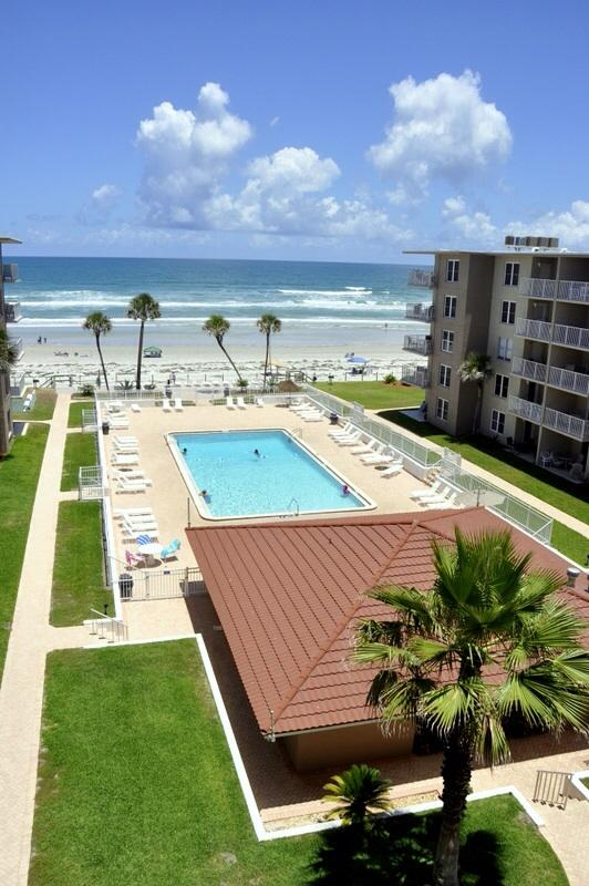 Stunning 2/1 condo with a beautiful view. Very relaxing .no drive part of the beach.