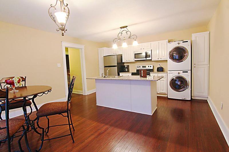 Downtown Florence - Condo Suite C - Historical Landmark w/modern amenities, holiday rental in Cherokee