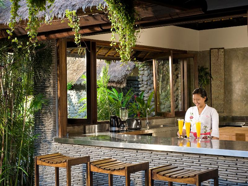 Villa Maya Retreat - cozinha e bar com a equipe para servir a todos os seus caprichos