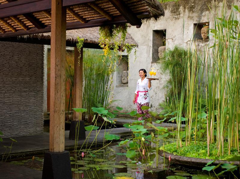 Villa Maya Retreat - Kadek com uma bebida de boas-vindas