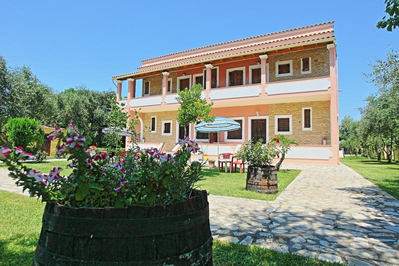 Amarylis Apartment: Air-conditioned, set in a beautiful garden, not far from, location de vacances à Acharavi