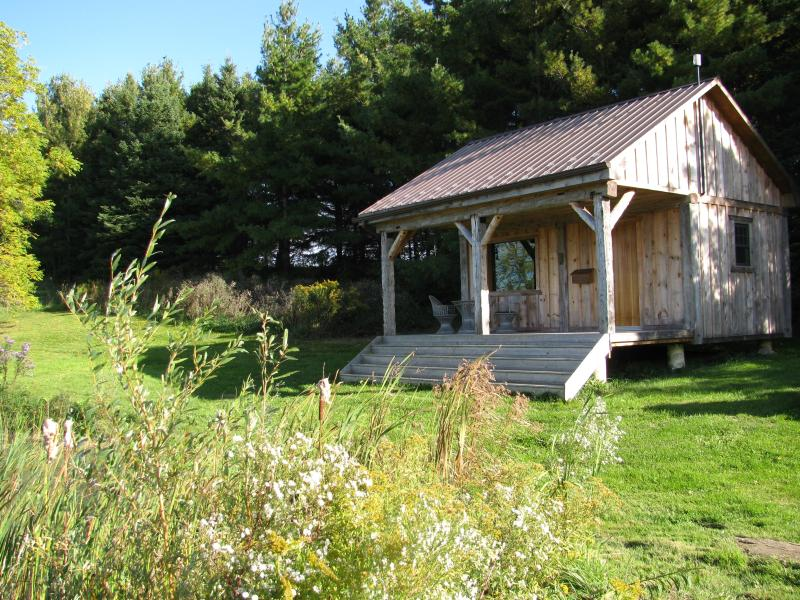 Jecara Farms - Raven Cabin, holiday rental in Bolton