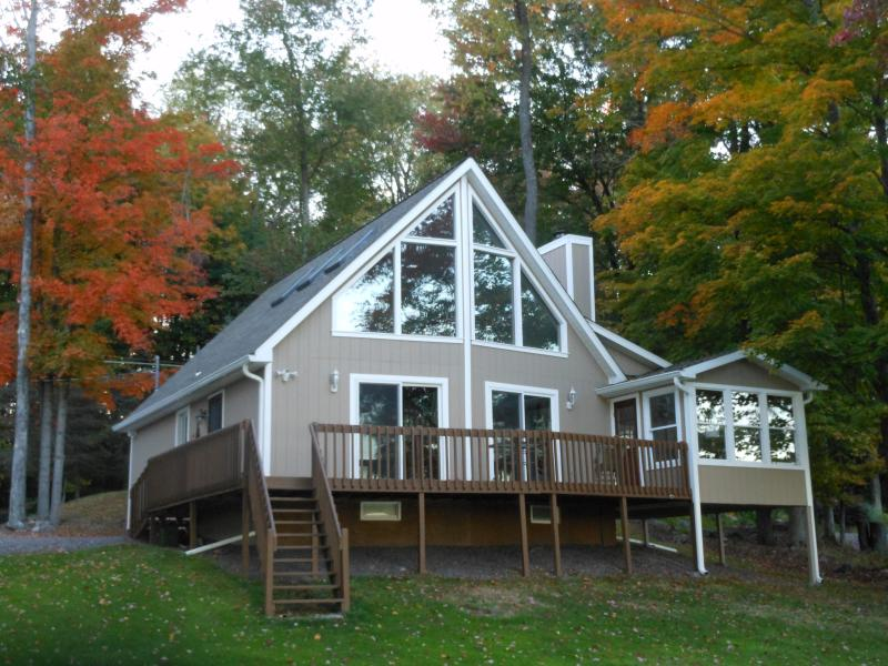 'Pocono style' Lake House!!!!  2nd floor wall of windows with loft.