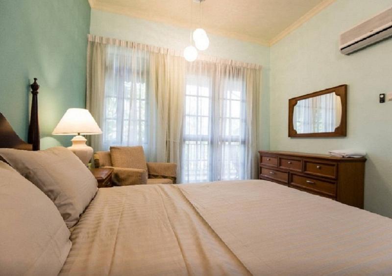 Romantisch & Comfoy. Kwaliteit geïmporteerd meubilair & PostureCare matras met verse vellen / handdoeken.