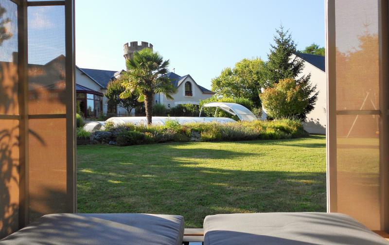Le jardin, vue sur la piscine depuis le lit tonnelle à votre disposition