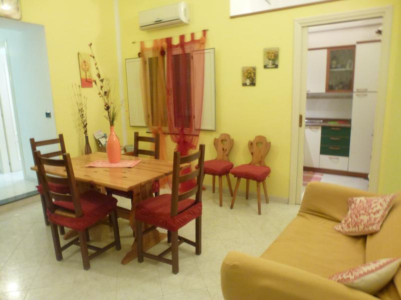 Accogliente e luminoso appartamento nel cuore di Cagliari, vacation rental in Cagliari