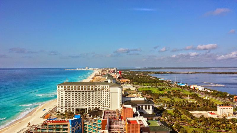 between the lagoon and the wonderful caribbean sea