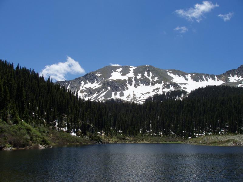 Mountain Lake, Taos Ski Valley. Apenas um carro da montanha e uma caminhada.
