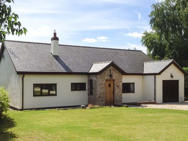 ROSE COTTAGE, detached country cottage with hot tub, en-suite, WiFi, close, holiday rental in Pentre Llanrhaeadr