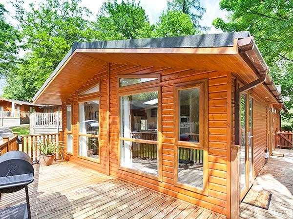BEECH HILL LODGE, Dog friendly, quality lodge with lake views, WiFi, deck, holiday rental in Bowness-on-Windermere