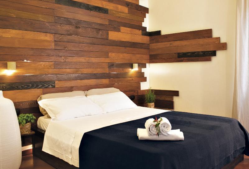 camera matrimoniale con testiera in legno e appliques in carparo tutto realizzato a mano