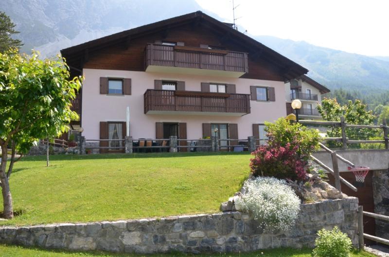 Vista della casa e del giardino